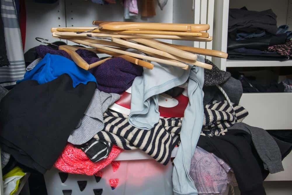 Kleiderschrank aufräumen: die besten Tipps